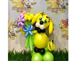 Желтая собака с букетом из 5 цветков